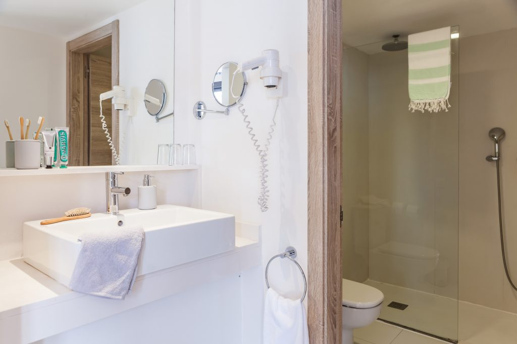 bathroom with shower and a WC in Menorca Binibeca